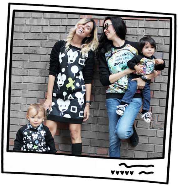 майки облечени с еднакви дрехи в стил мама и бебе