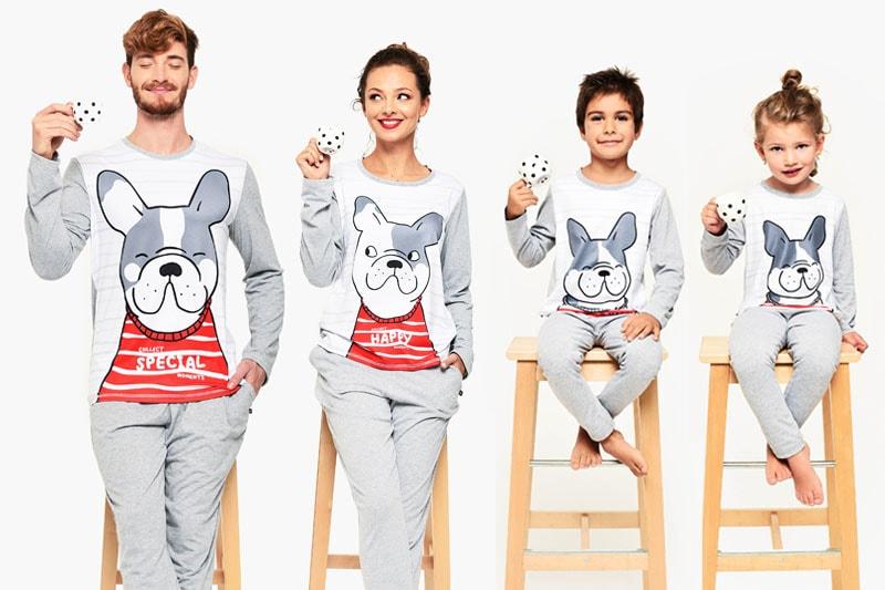 семейство с еднакви пижами със забавен принт куче