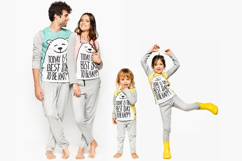 мъж и жена с еднакви пижами и две деца