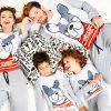 семейство с еднакви пижами със забавен дизайн