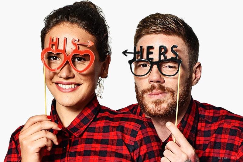 Влюбна двойка мъж и жена с карирани ризи