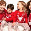 Семейство с коледни пижами