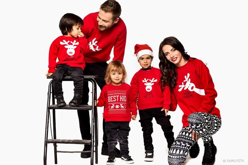 Усмихнато семейство с коледни дрехи