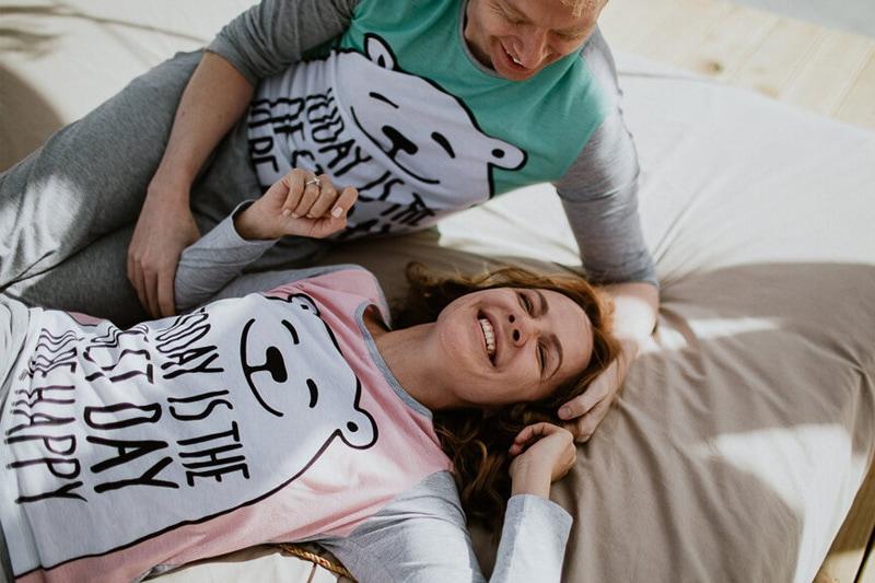 Усмихната влюбена двойка с еднакви шижами