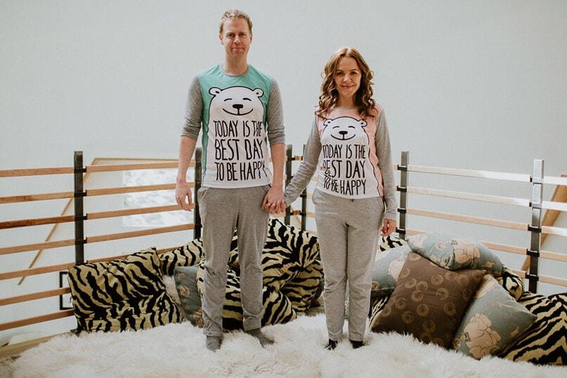 Мъж и жена с еднакви пижами с мечета.