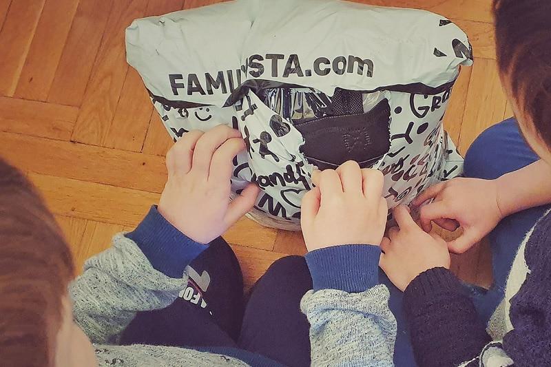 Деца отварят пратка от FAMILYSTA