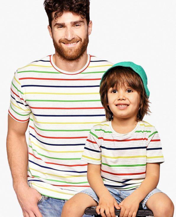 Баща и син облечени в еднакви тениски на райе
