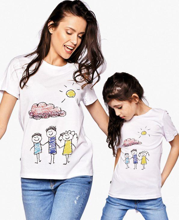 Майка и дъщеря играят заедно облечени в еднакви тениски
