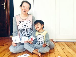 Майка и момченце с пижами с мечета