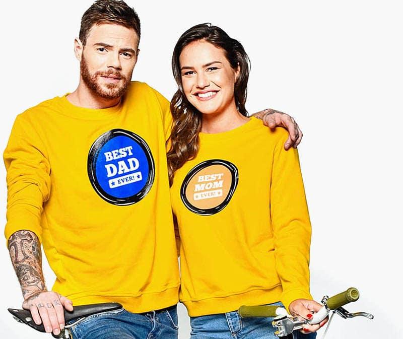 Майка и баща облечени с жълти блузи най-добрия татко и най-добрата майка