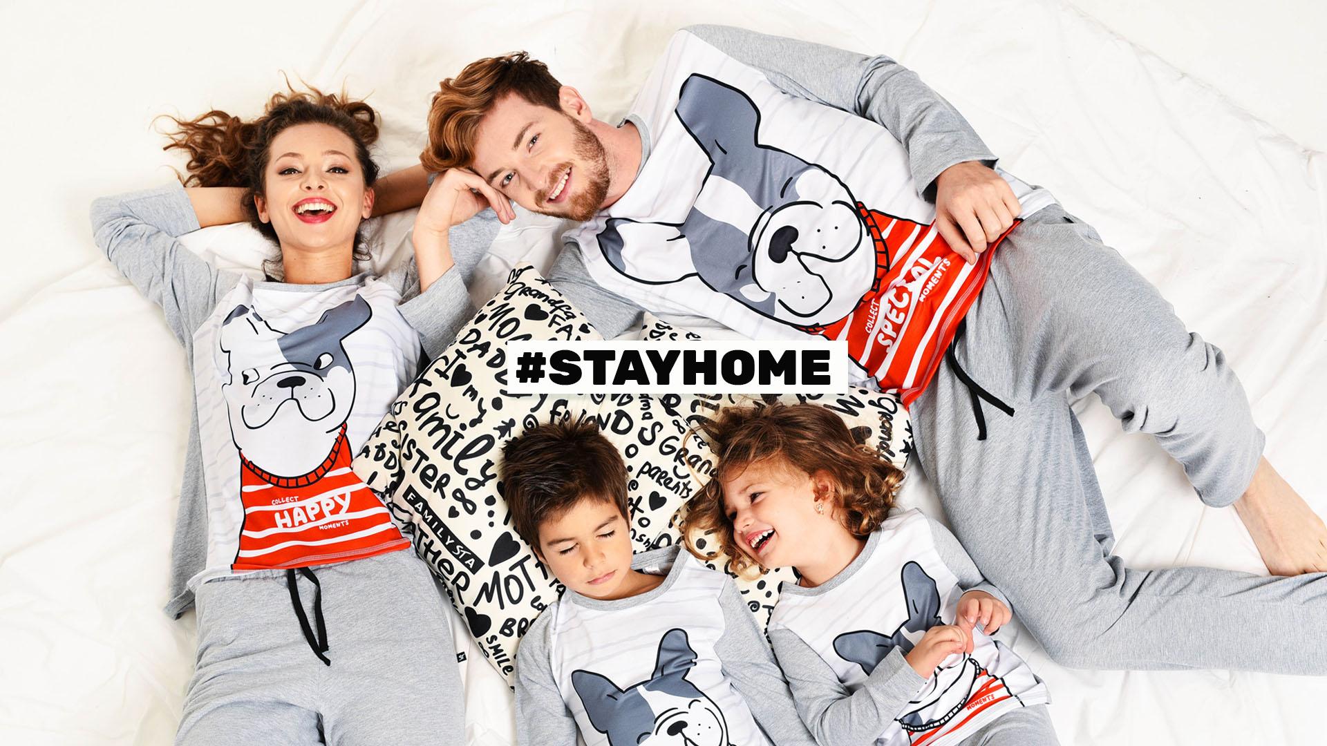 Семейство с еднакви пижами с кучета