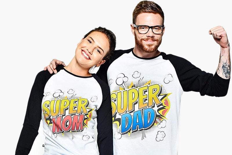 Мъж и жена облечени с тениски с надпис супер мама и супер татко