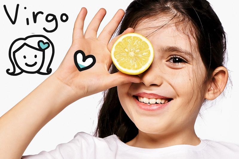 Дете с голяма усмивка държи лимон