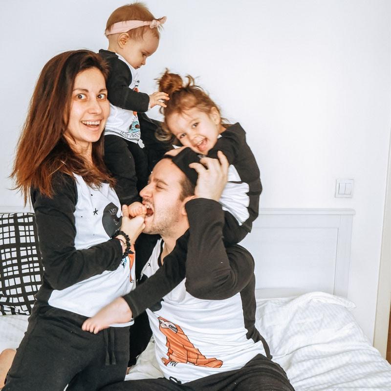 Семейство по пижами се смеят
