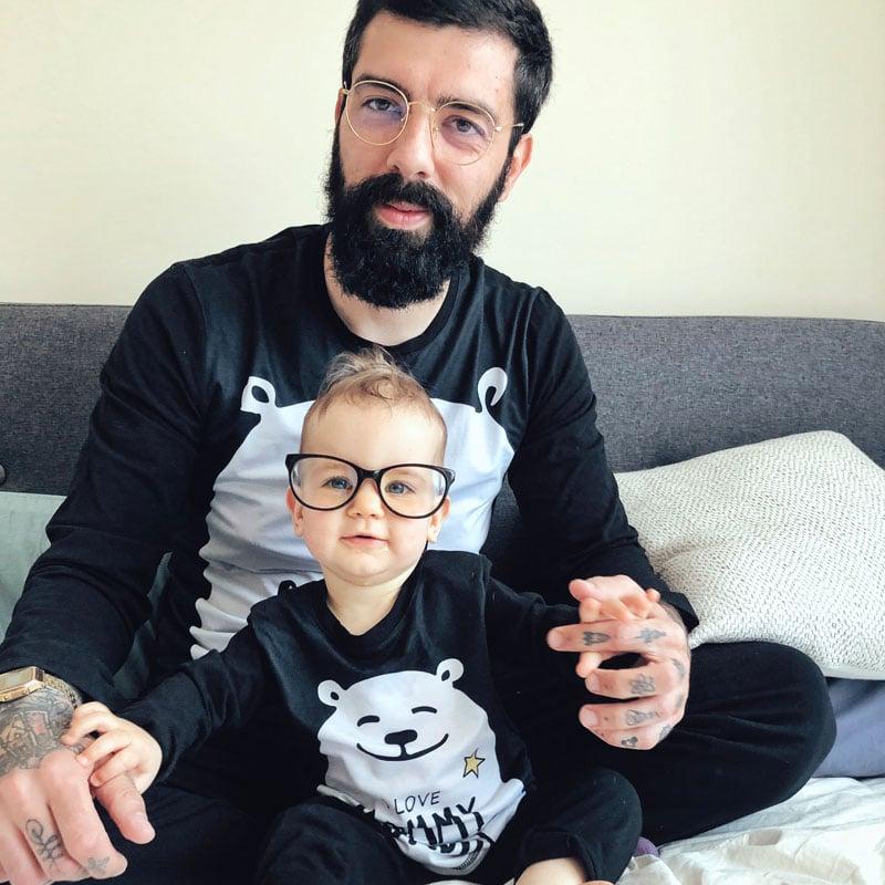 Баща и бебе с очила по пижами
