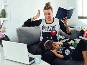 Майка и синът по пижами в домашния офис