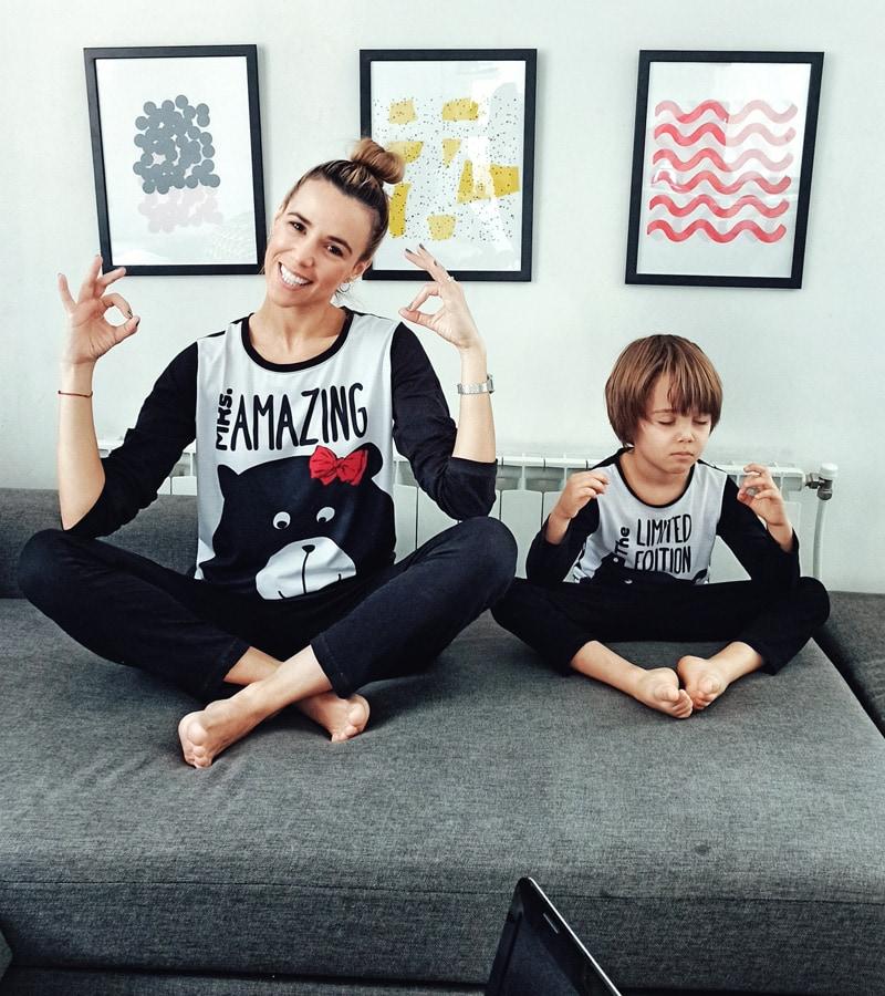 Майка и син правят Омм, облчени с еднакви пижами