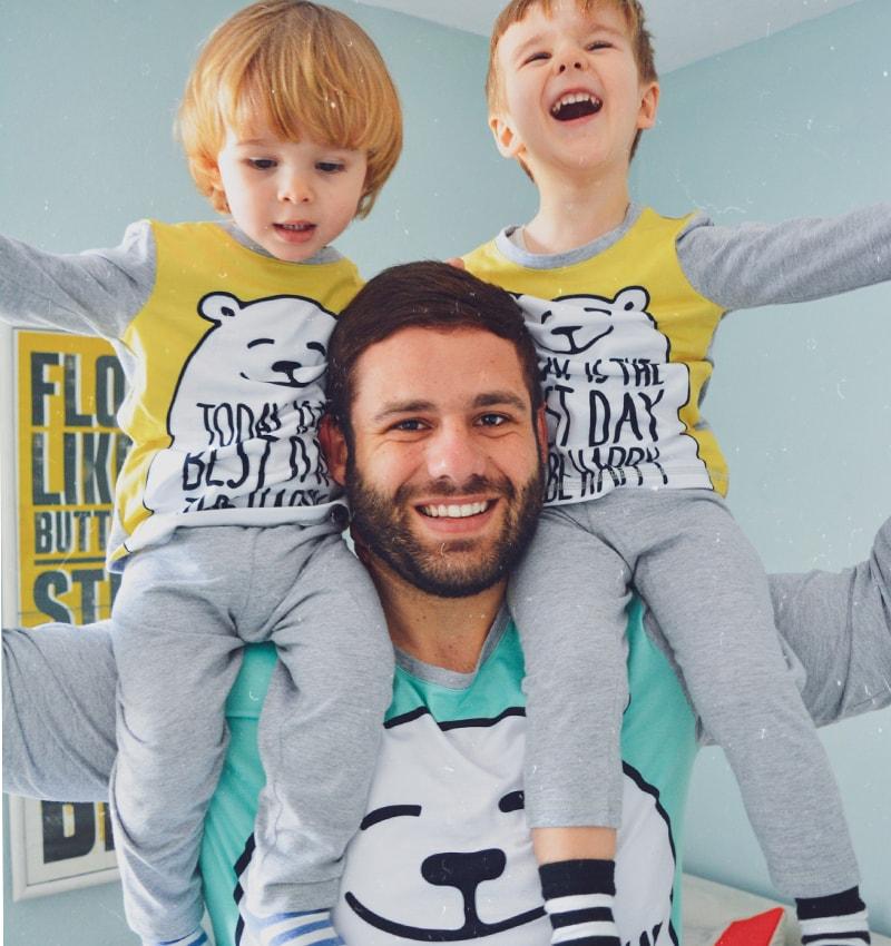 Татко с двете си момчета по пижами