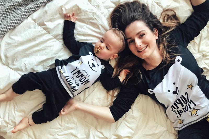 Мама и бебе по пижами, легнали