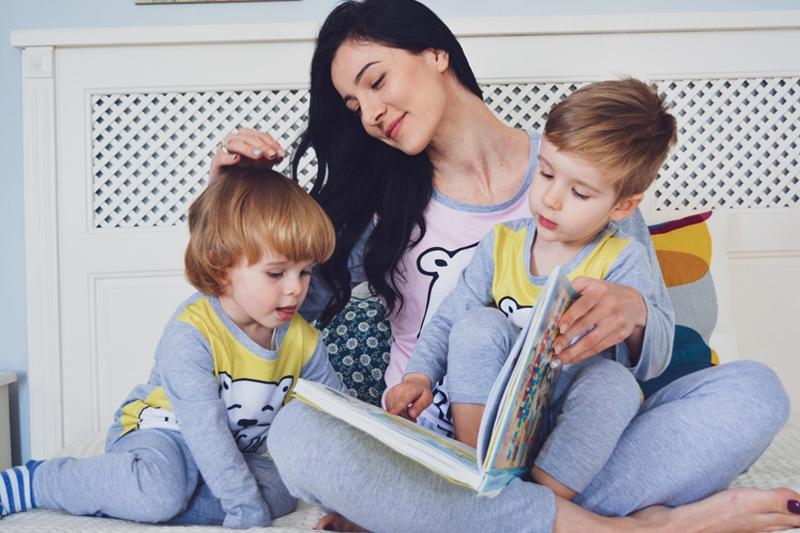 Майка чете книжка на децата си