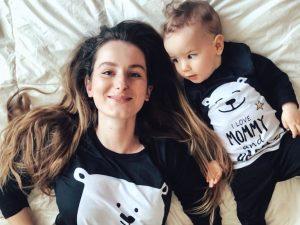 Майка и дъщеря с еднакви пижами