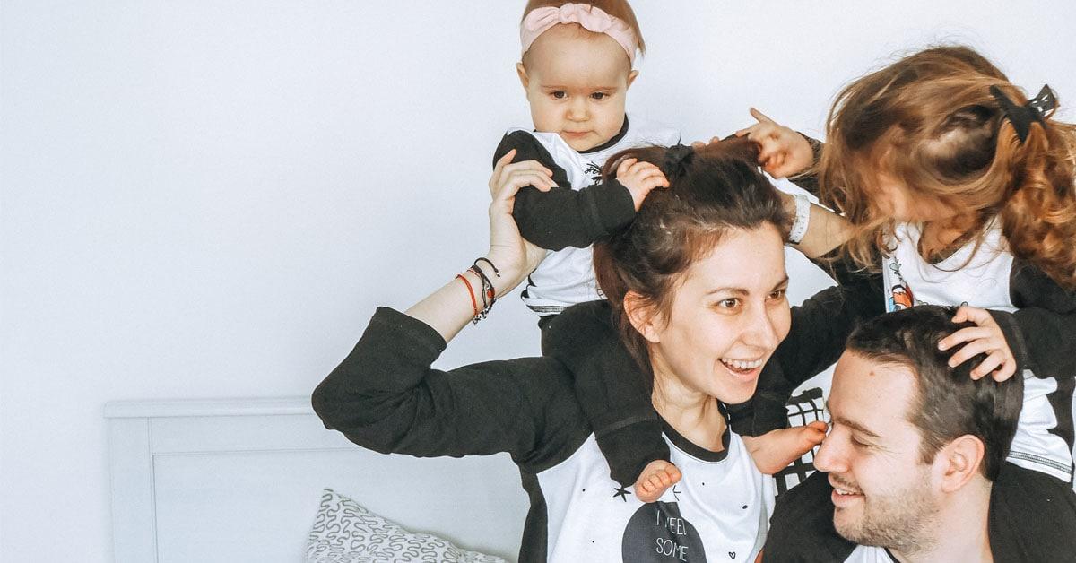 Майка и баща с деца върху раменете им.