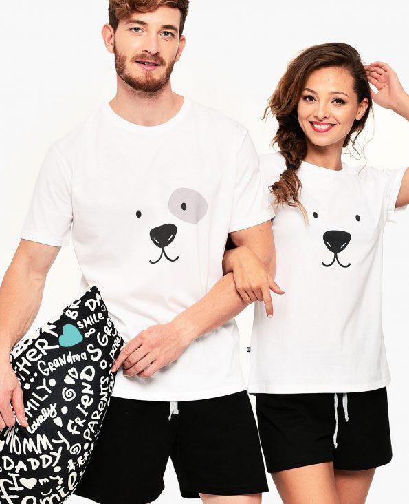 прегърнати мъжж и жена с еднакви пижами
