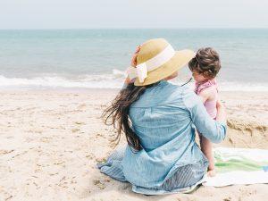 Майка и дъщеря на плажа