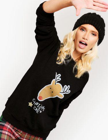 жена с коледен пуловер