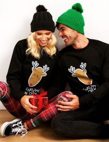 жена и мъж облечени в коледни пуловери