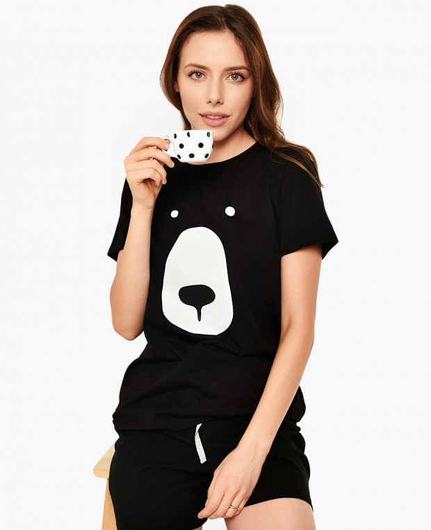 жена по пижама пие кафе