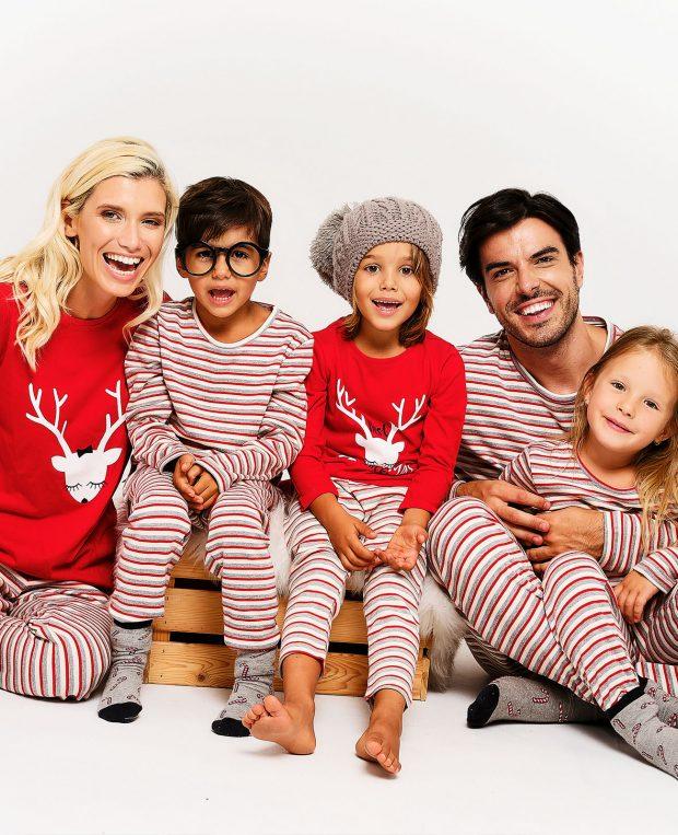семейство с 3 деца облечено в коледни пижами
