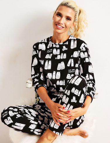 жена облечена в пижама седи на стол