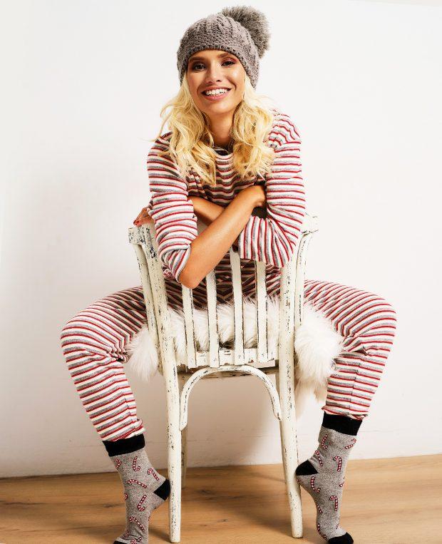 жена облечена в коледна пижама седнала на стол
