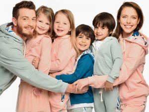 Прегърнато семейство с момичета и момчета
