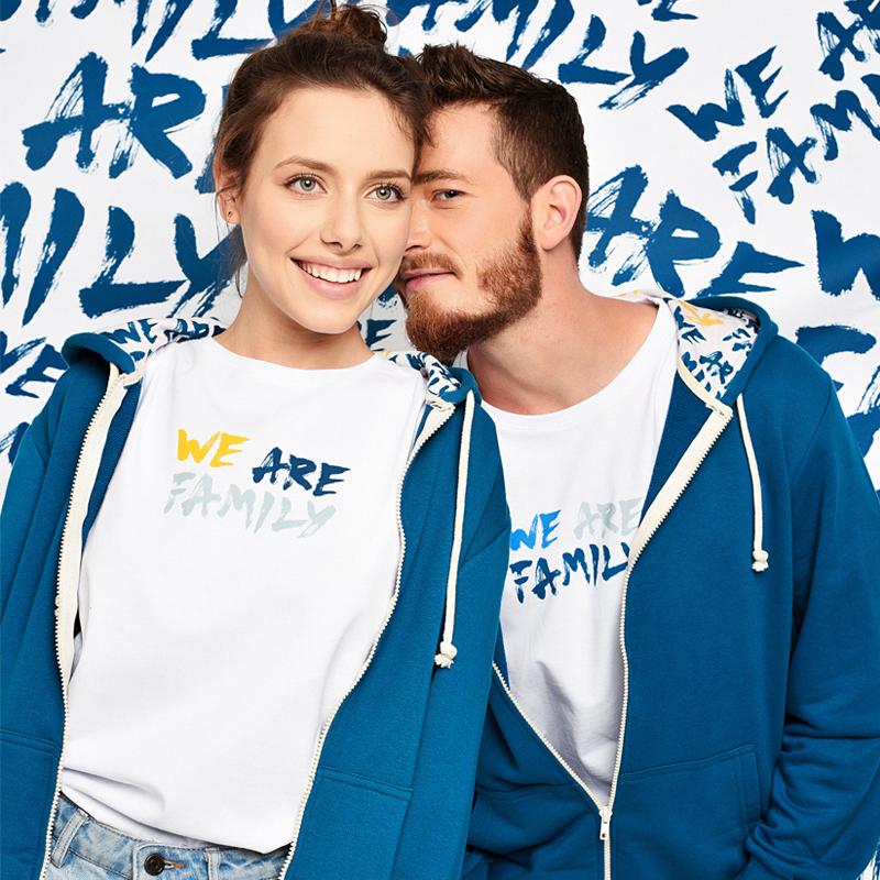 Мъж и жена с тениски с принт WE ARE FAMILY