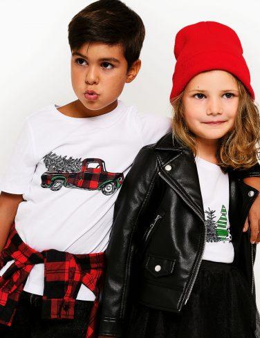 момче и момиче облечени в коледни тениски