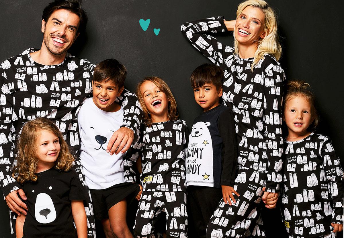 Семейство с деца по пижами прегърнати