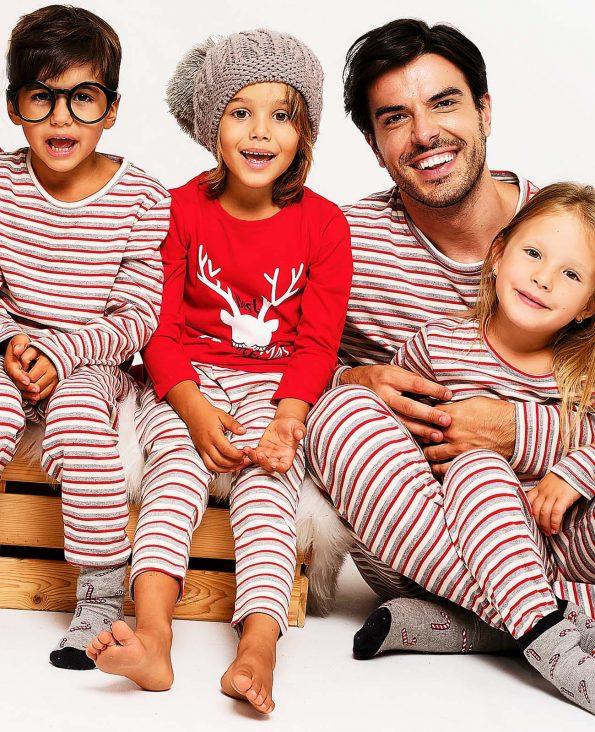 Баща с 3 деца блечени с коледни пижами