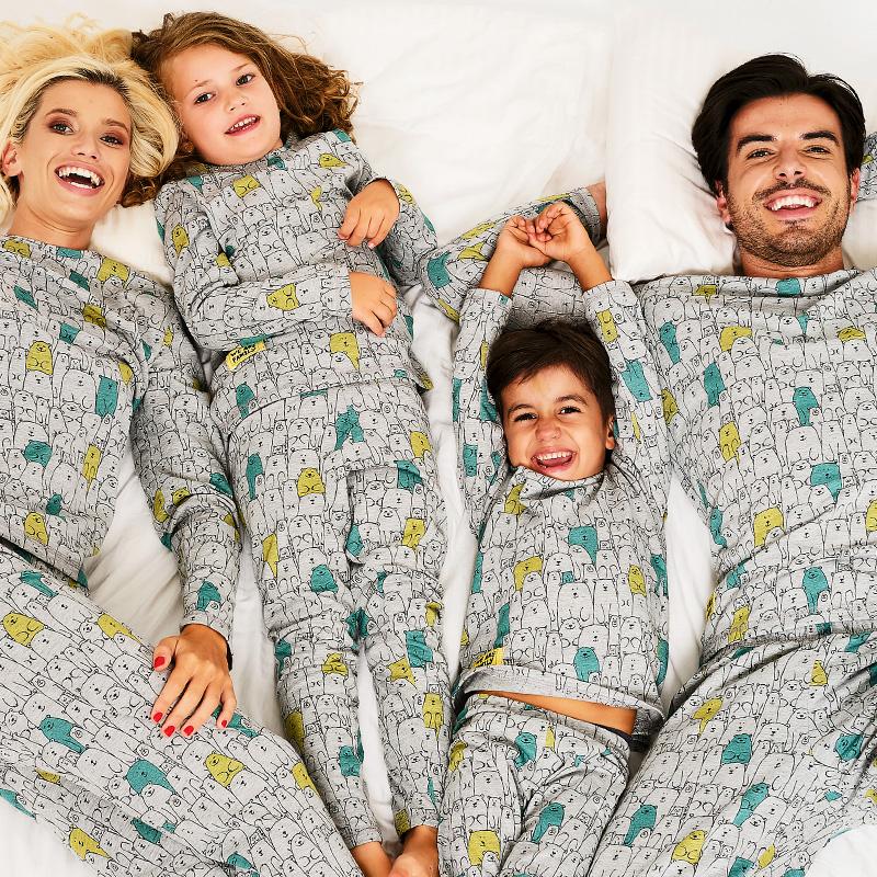 Семейство с 2 деца по пижами