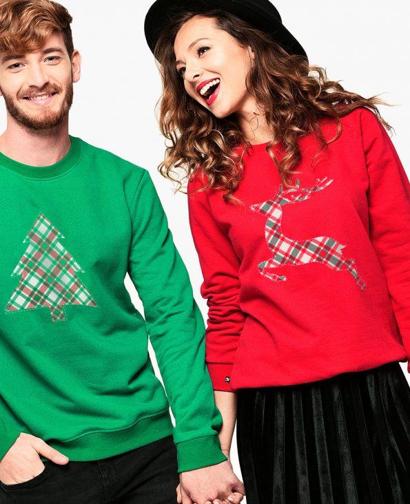 Мъж и жена хванати за ръка облечени с коледни пуловери