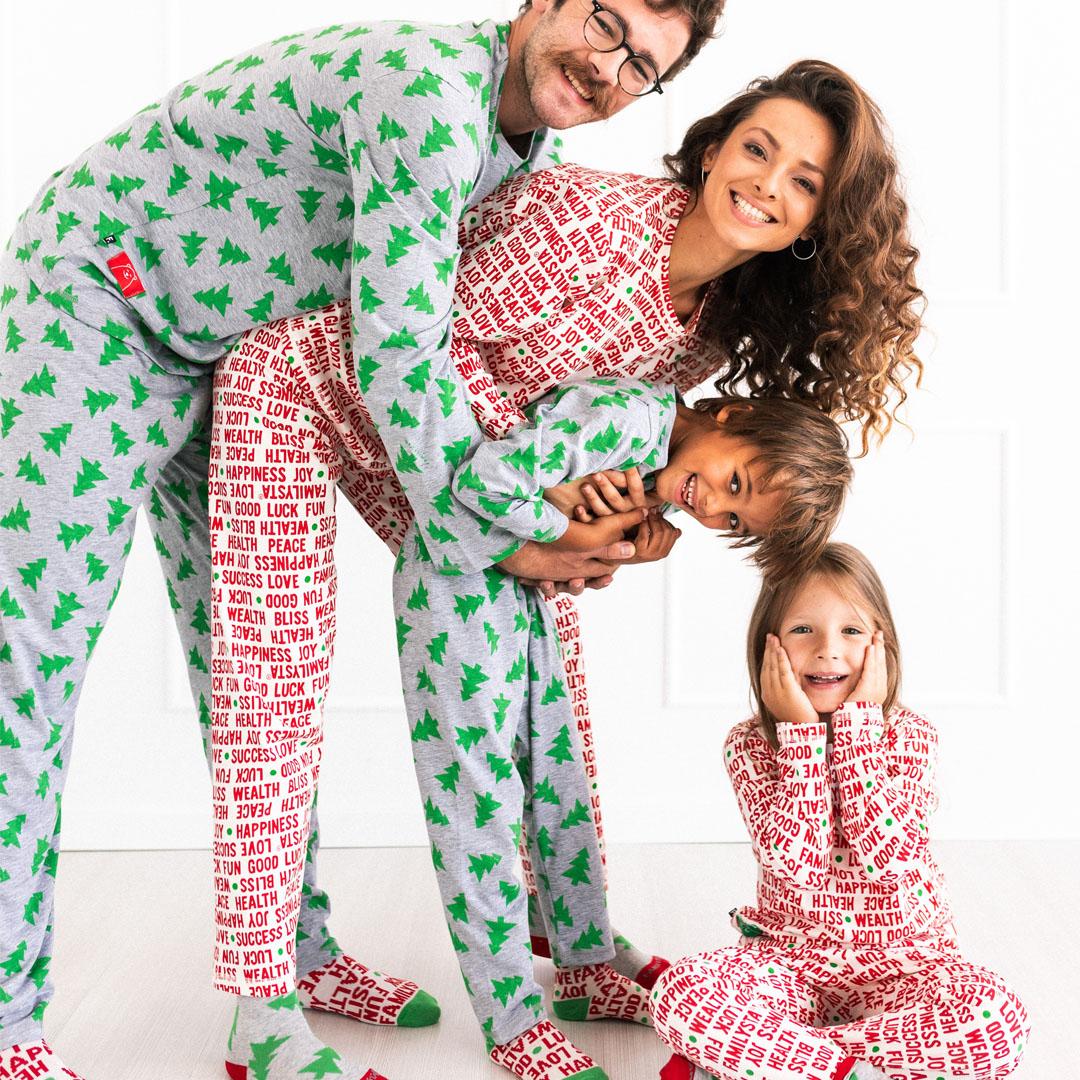 семейство с две деца прегърнати иусмихнато момиченце стоящо на пода
